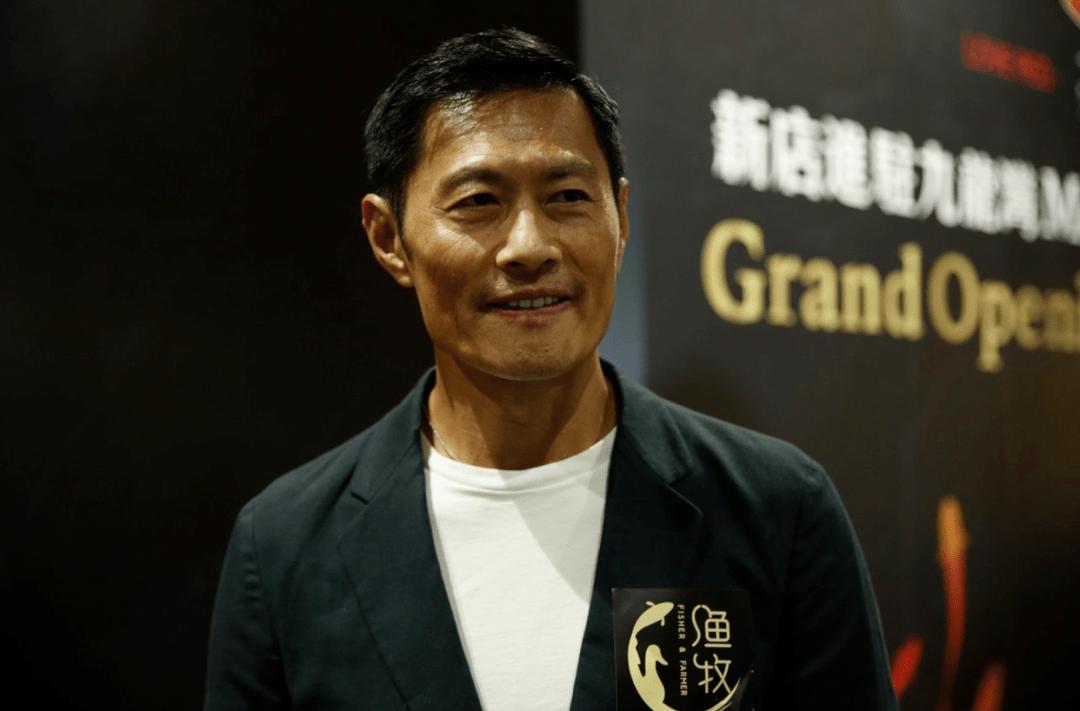 越老越有型!57岁前TVB男星黄德斌重回观众视野,40岁才有代表作  第6张
