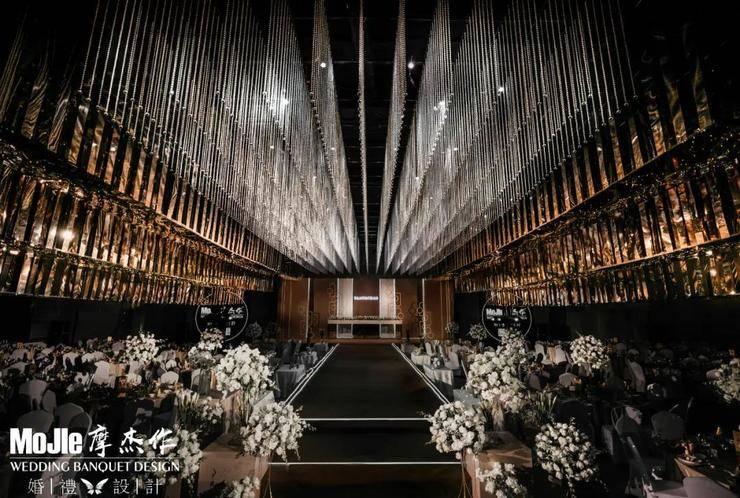 这场暗金色的轻奢秀场风婚礼,创造了极具冲击的视觉张力