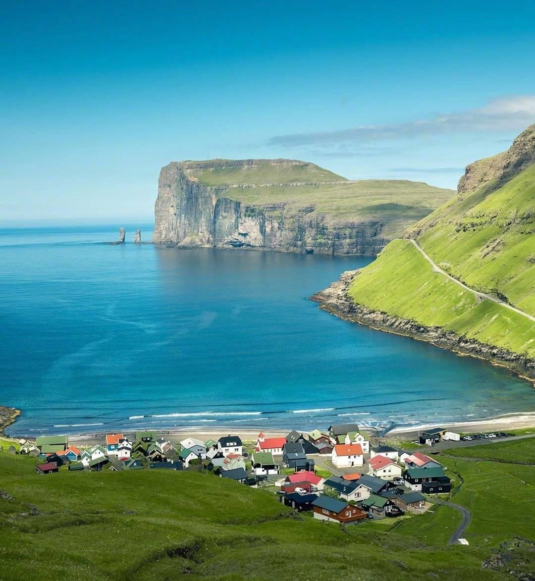 """法罗群岛的""""屠杀"""",领航鲸被诱惑到岸边,海边的男人一刀终结"""