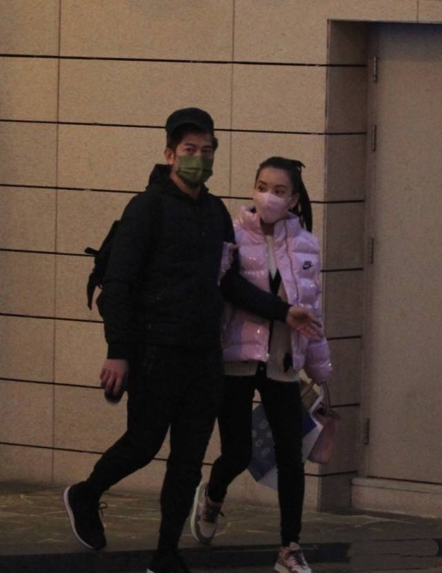 方媛跟郭富城外出吃饭,穿牛仔裤腿短了一半,但气