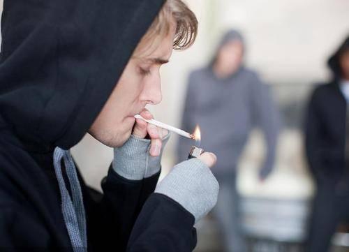 烟龄时间长的人,若身上这两处疼多是肺发出的信号,提醒要戒烟了