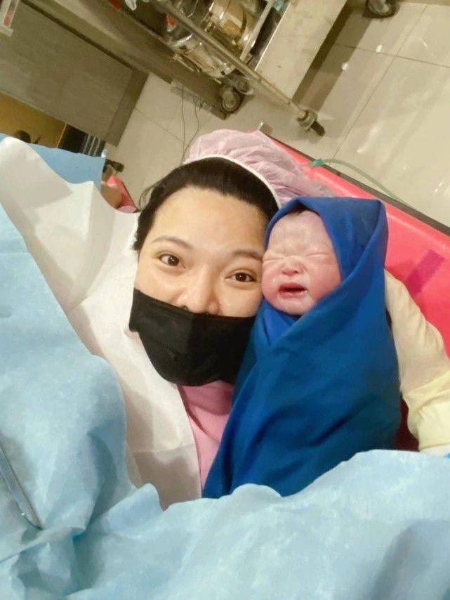 小甜甜诞6.6斤女儿,产前受肾结石折磨无法排尿,为胎儿强忍痛苦