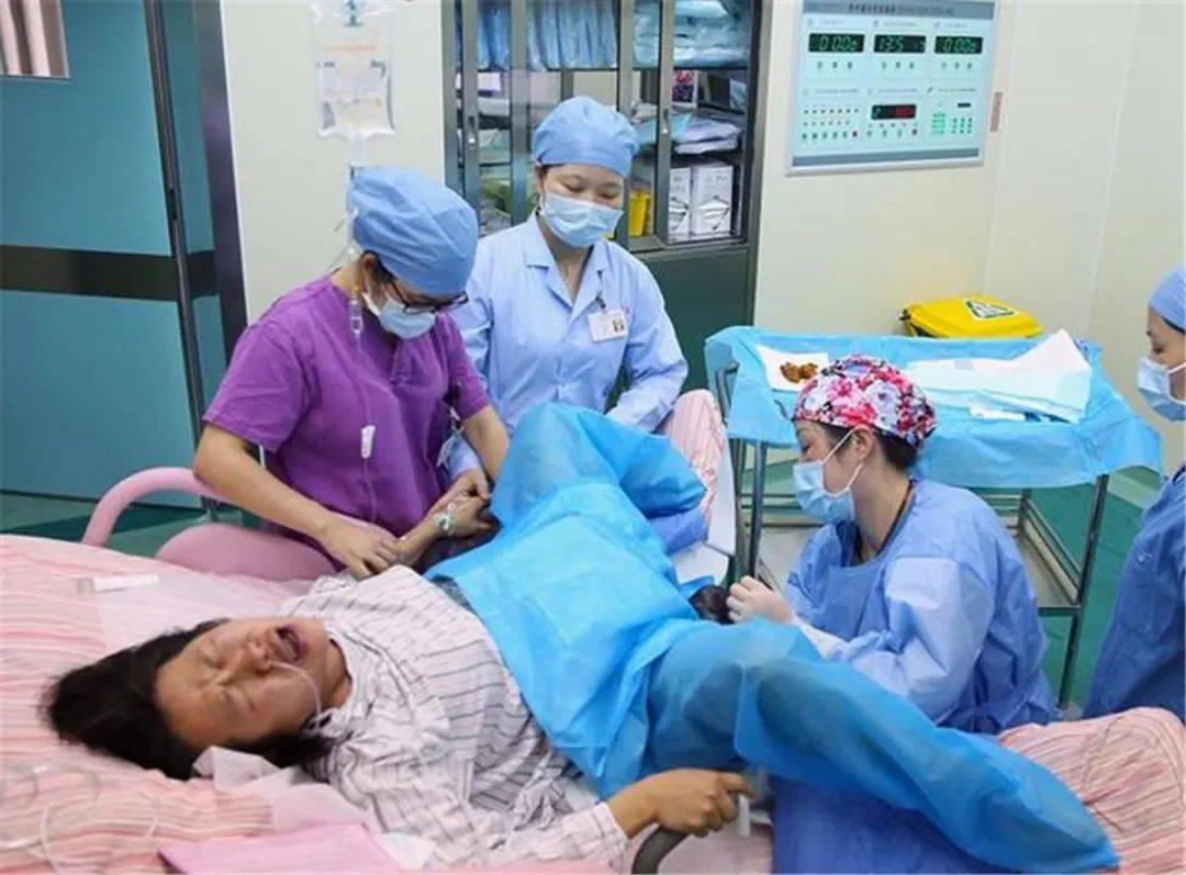 产妇生孩子疼得撕心裂肺时,胎儿是什么感受?看完内心五味杂陈