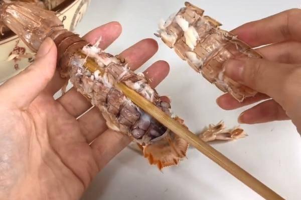原来皮皮虾剥皮这么简单 只需要一根筷子就好了