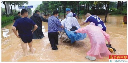 二胎妈妈雨夜临产 医务人员趟水营救