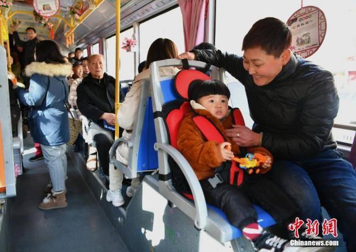 <strong>专家研讨儿童乘车安全 吁强制使用儿童安全座椅</strong>