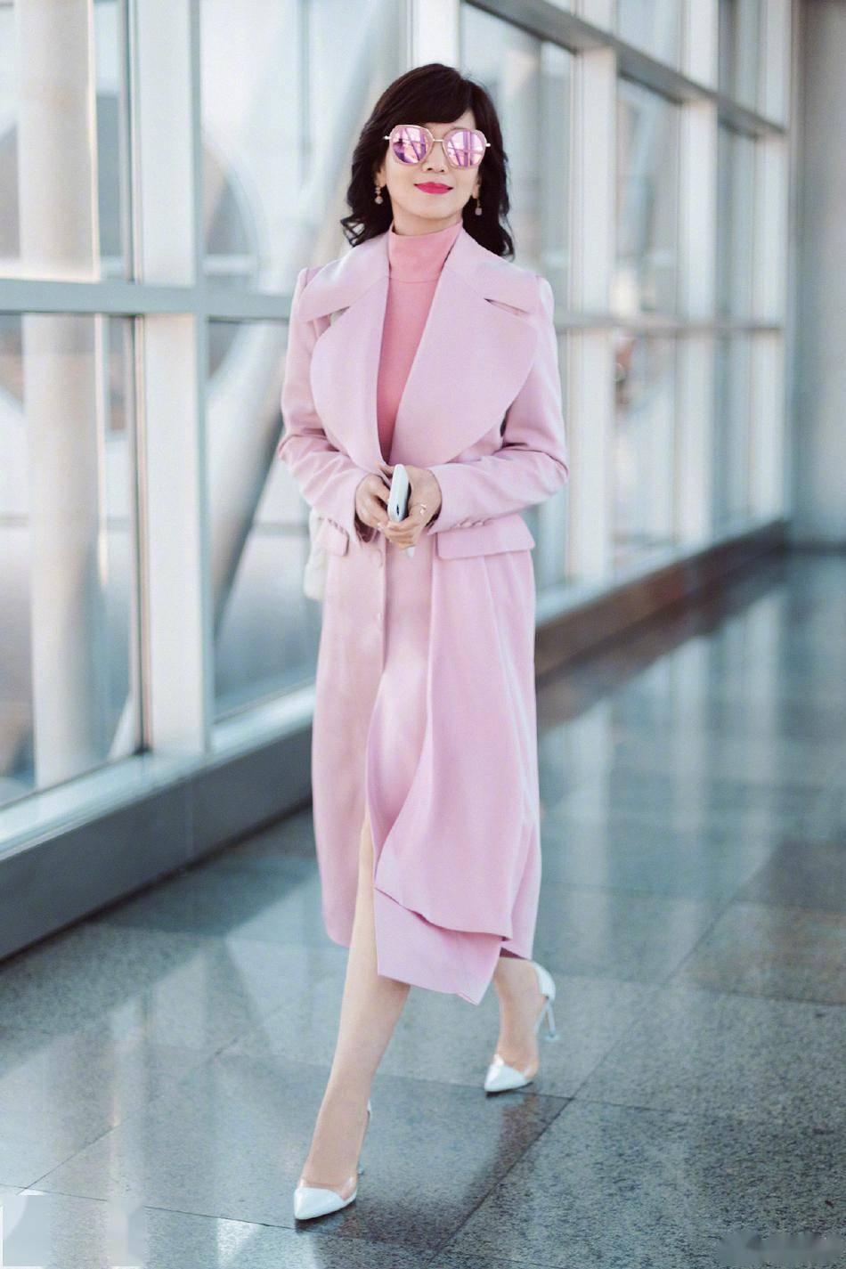 淡粉的长裙!赵雅芝从里到外全粉色穿搭清新淡雅