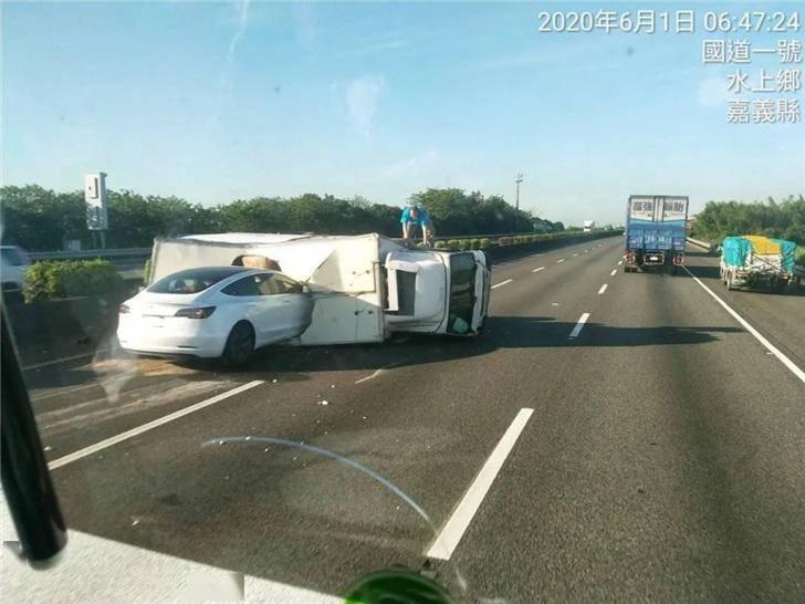 特斯拉Model 3詭異車禍︰徑直撞上側翻大卡車