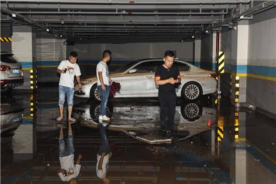 多辆百万豪车报废!长沙一广场3层地下车库被淹