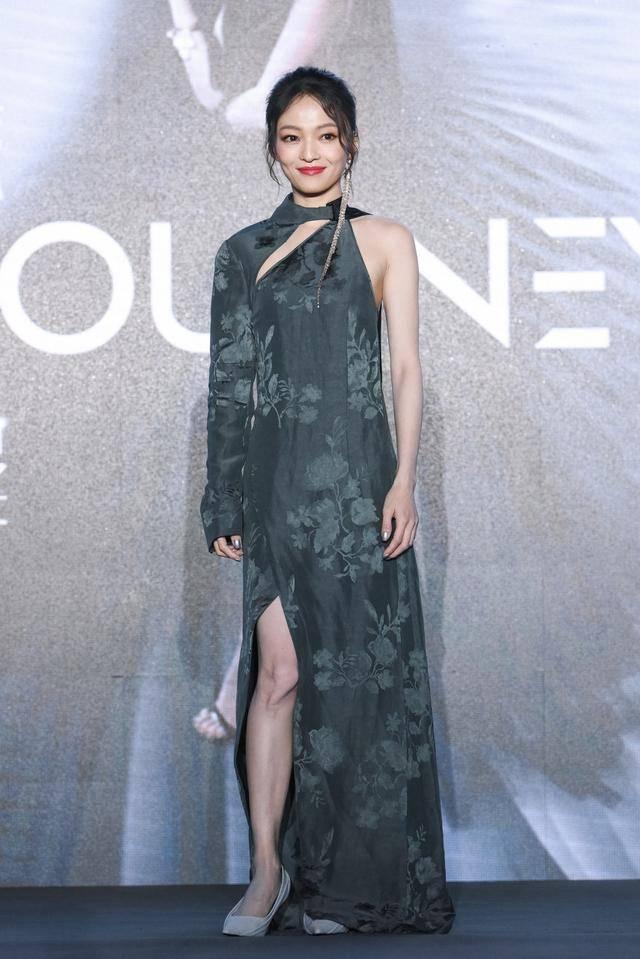 张韶涵身穿深色连衣裙,展现成熟女性的知性美