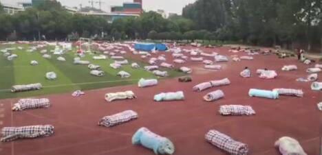 高校晒近2000套被褥 迎接学生返校备考