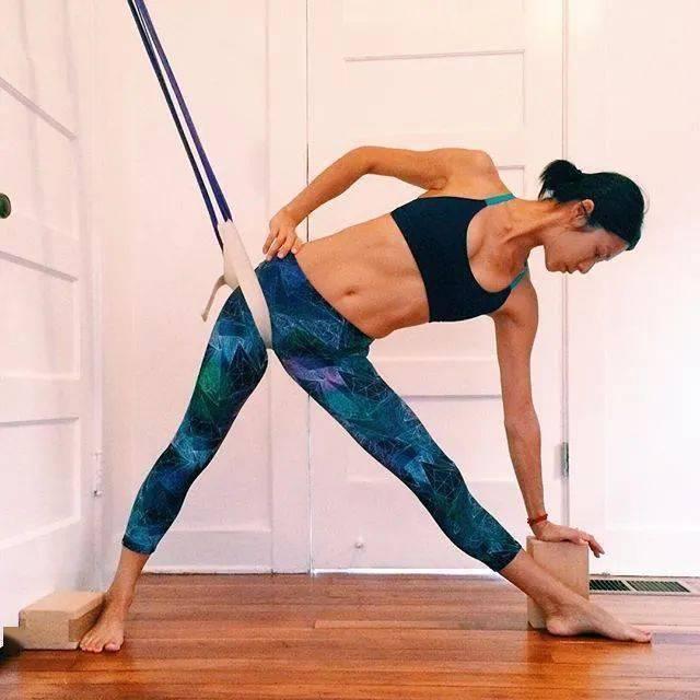 常练瑜伽,三角式的6种不同练习方法,一定要试试!_大腿 高级健身 第3张