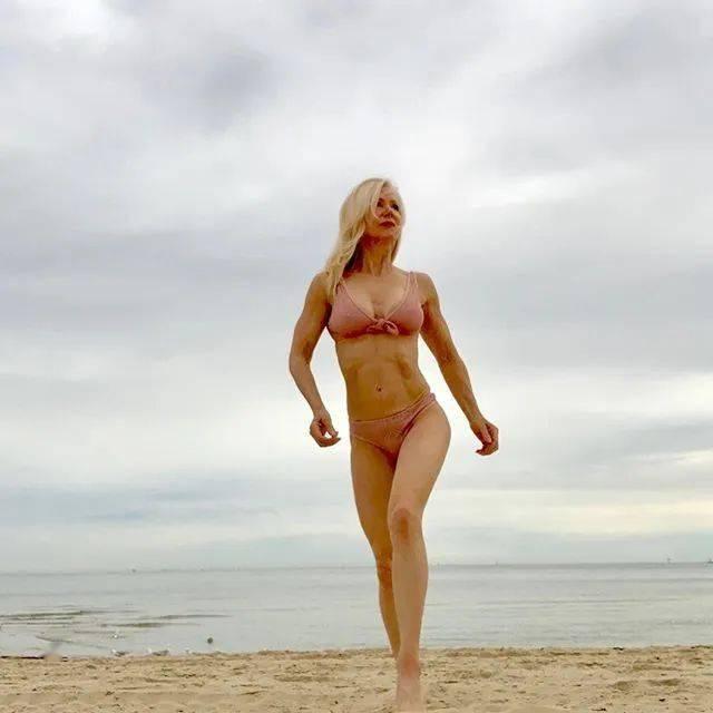 她48岁开始健身,64岁时身材如20岁少女,撸铁16年! 中级健身 第39张