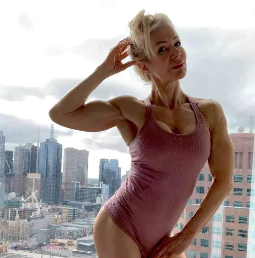 她48岁开始健身,64岁时身材如20岁少女,撸铁16年! 中级健身 第2张