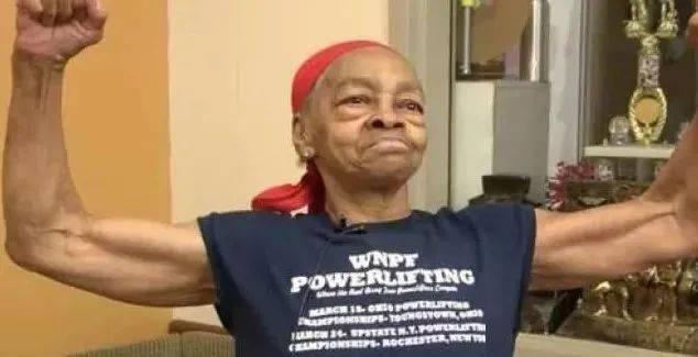 82岁健身奶奶把29岁入侵者打上救护车!看到她的肌肉我彻底服了! 动作教学 第3张