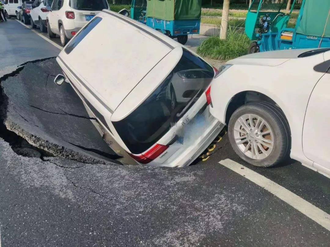 杭州钱塘新区路面塌陷与持续降雨有关,系管道渗漏致水土流失