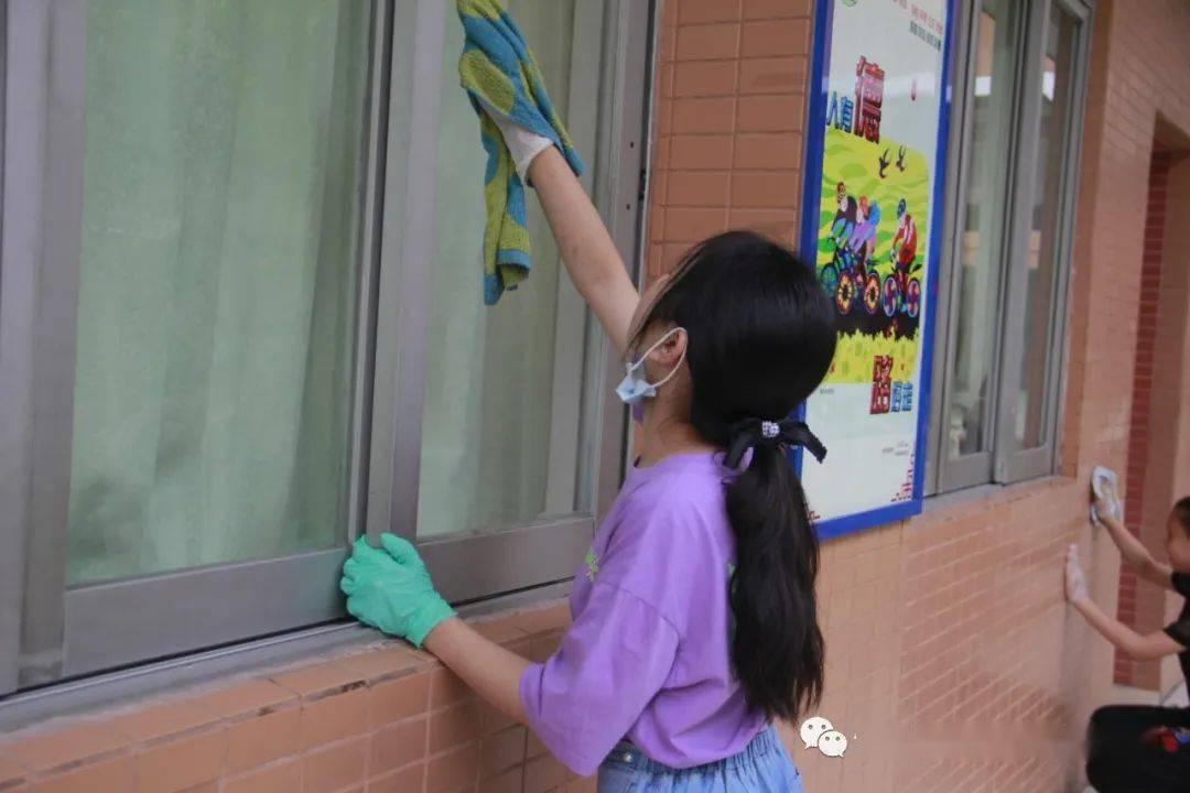 参加学校集体大扫除活动——二3班