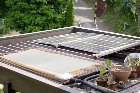 即使是白天, 太阳能发电系统 太阳能热水器负责热水, 煮饭则是用自制图片