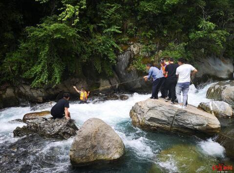 紧急救援!游客翻越北川景区护栏,站岩石上拍照不慎坠河被冲走