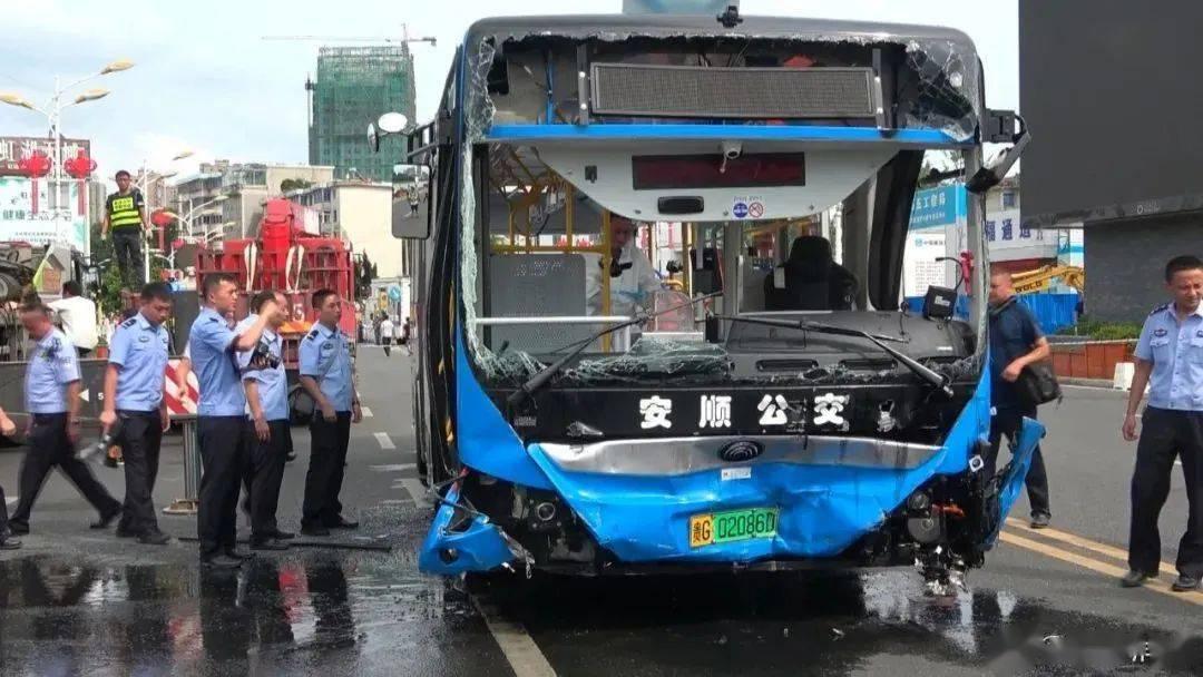 司机突然转向加速原因尚未查明,安顺坠湖公交车上确有高考学生