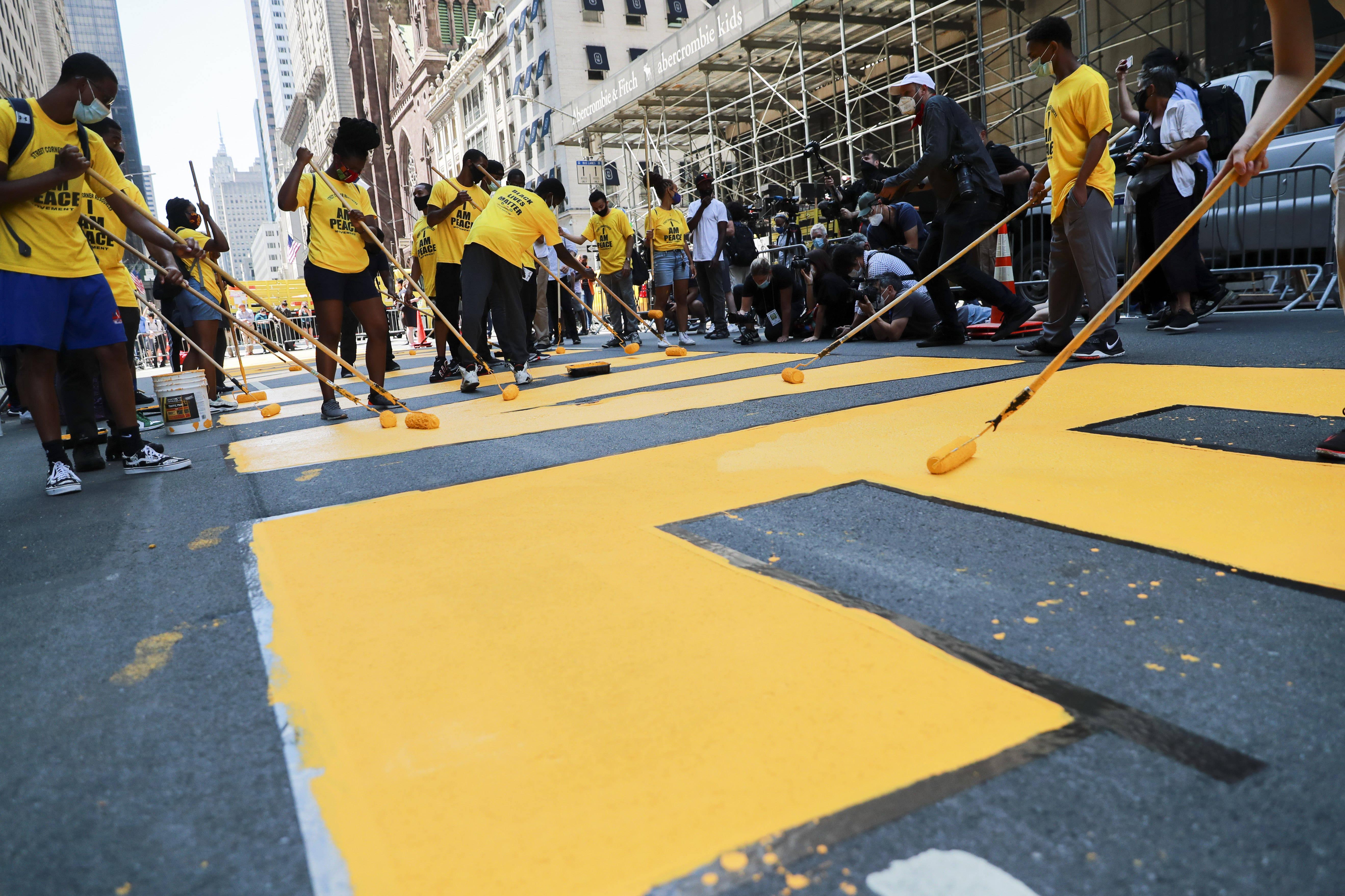 """纽约特朗普大厦前路面涂上""""黑人的命也是命""""标语"""
