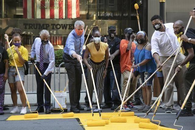 """特朗普大厦前路面被涂""""黑人的命也是命"""",纽约市长也参与了"""