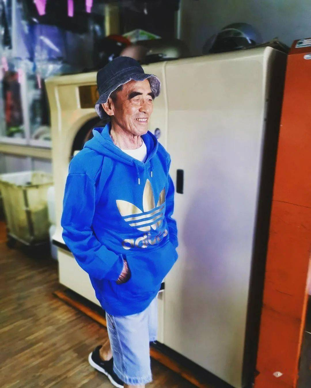 中国84岁老夫妻惊艳外媒!捡别人不要的衣服,竟搭出时尚大片