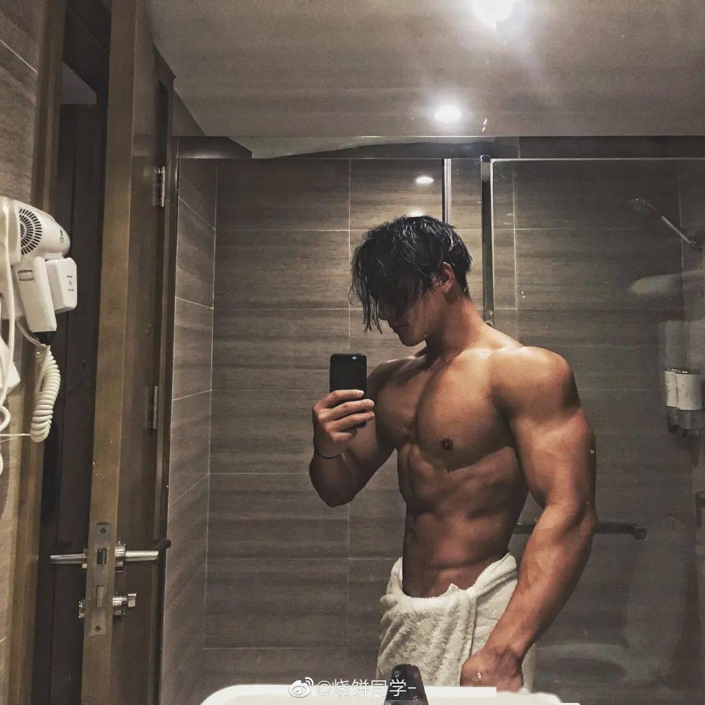 江苏92年肌肉猛男因淋浴湿身照走红,这个肌肉什么水平?