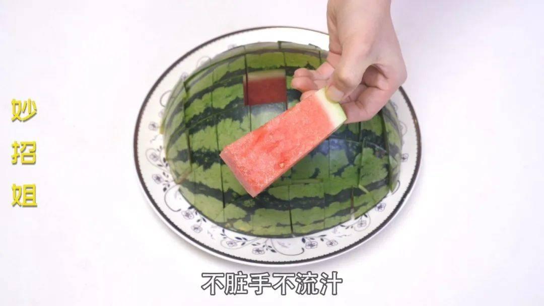 夏天这样切西瓜,吃完不脏手不流汁!用过都叫好…