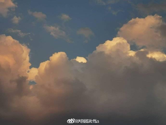 仰望天空!今天傍晚北京的云似棉花糖般挂在天空,在粉红色装扮下,美得让人心醉 