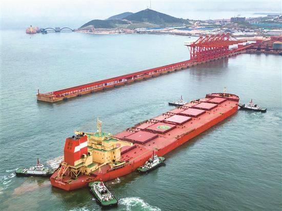 烟台海事护航40万吨矿石船靠港
