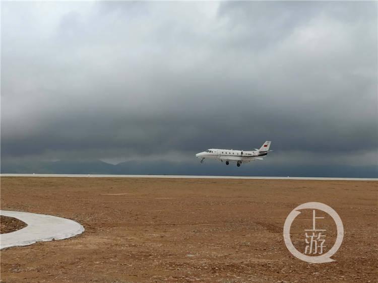 刚刚!校验飞机顺利降落在重庆仙女山机场