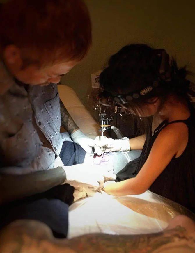 太酷了!日本女孩6岁入行,是全世界最小纹身师…看完我却只想拥有同款爸爸!插图