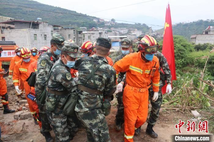 四川汉源滑坡:救出2人已送医 失联7人仍在搜救中