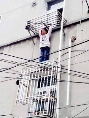 爸妈出门独锁小孩家中,结果小孩爬窗,妈妈回到家悲痛欲绝