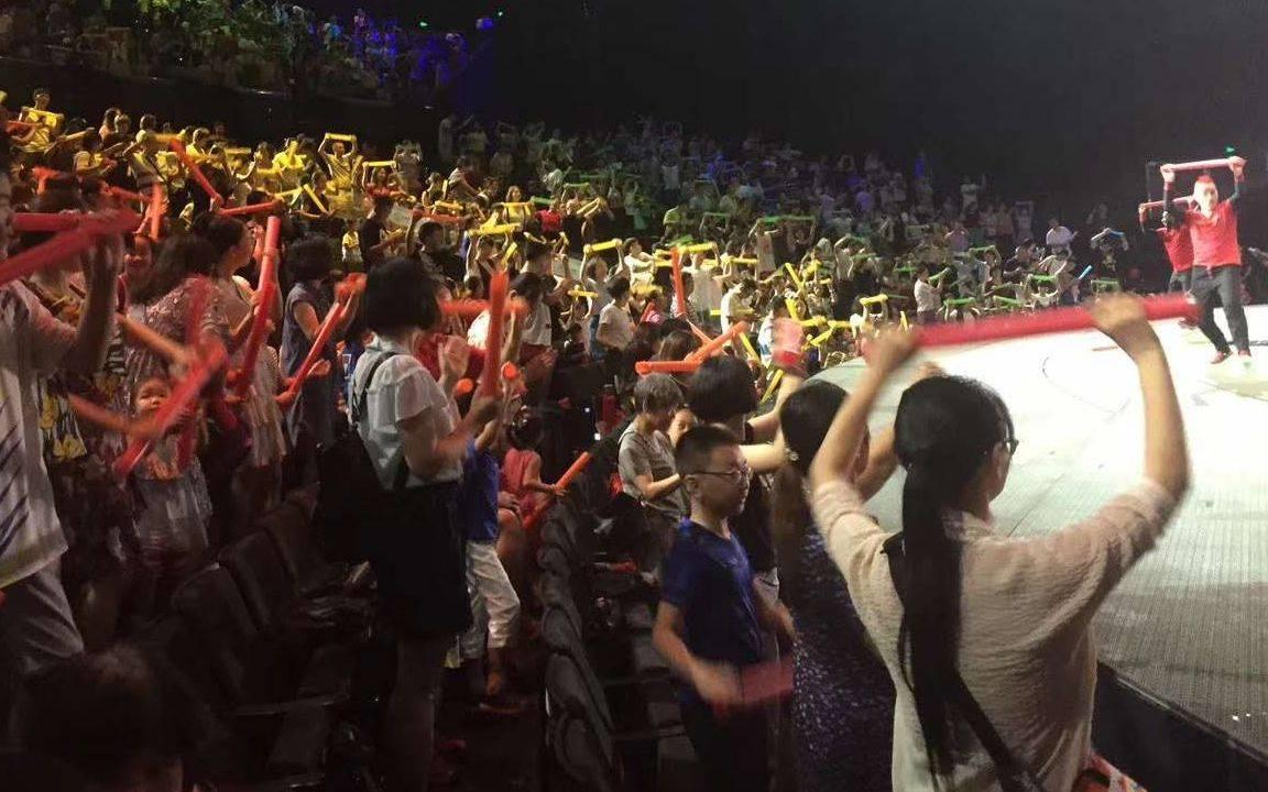 武汉汉秀剧场演出发生事故致两人死亡,移动座椅无防护措施