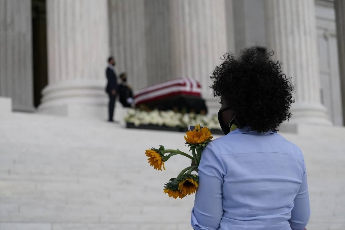 """吊唁金斯伯格时被嘘""""请尊重她的遗愿"""",特朗普:听不清"""