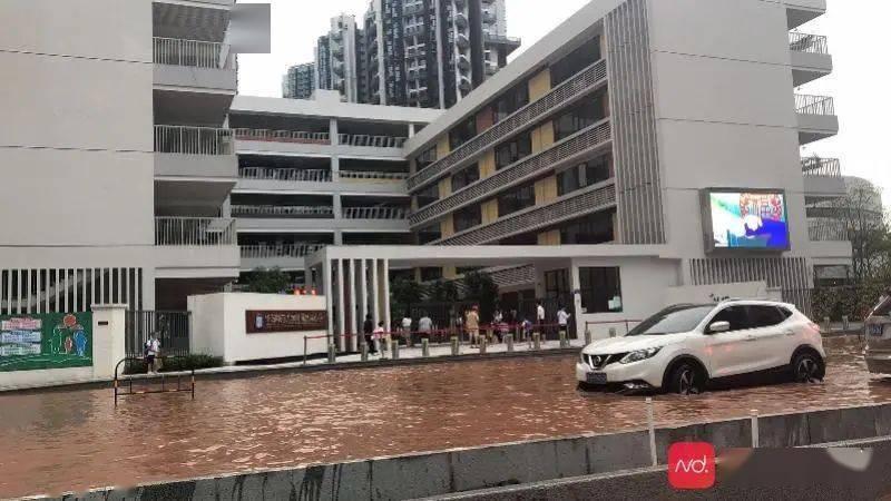 """百米水浸街……一夜降雨后,广钢新城学校门口变""""威尼斯""""!"""