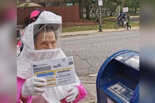 美国102岁退休老师穿防护服 完成邮寄选票