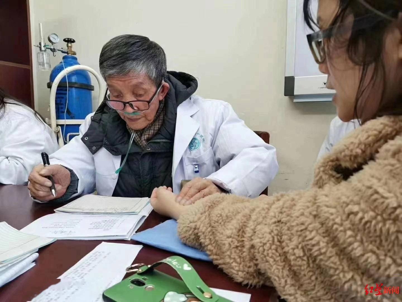 恒达官网中医名家钟以泽去世 晚年坐着轮椅、吸着氧气上门诊 (图2)