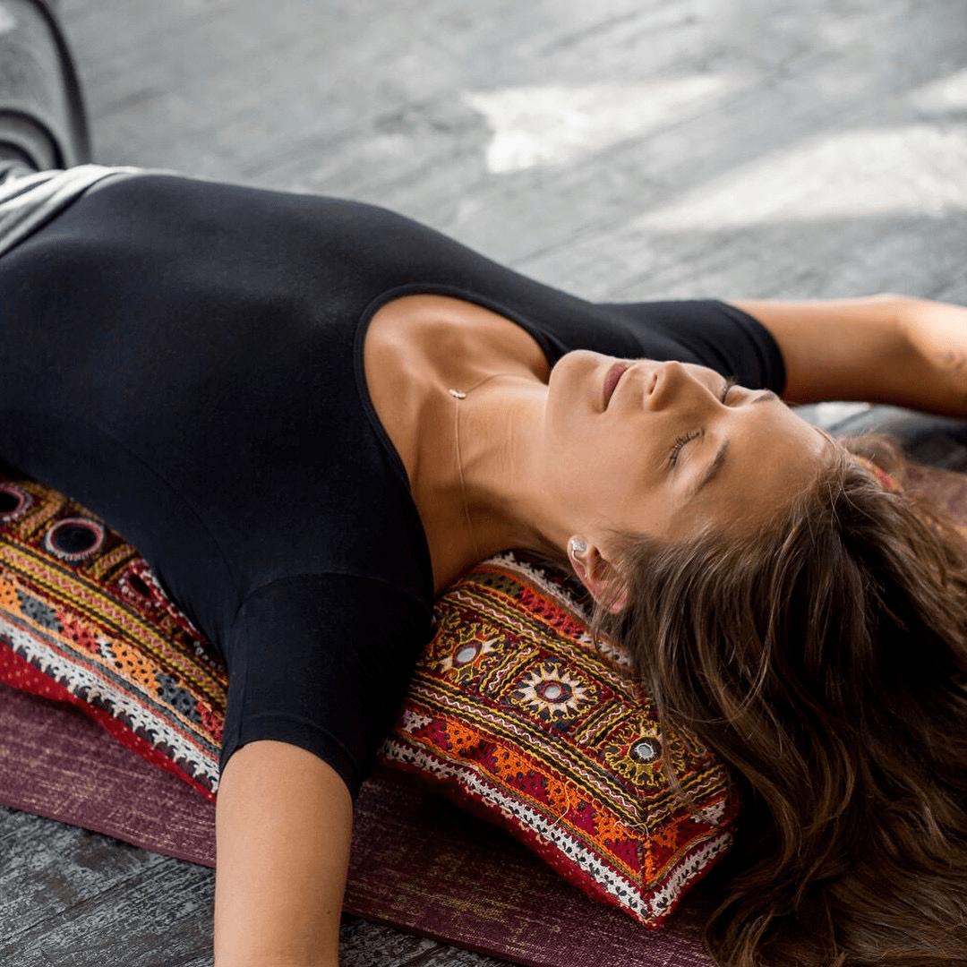 腰痛起来太难受了! 8 个瑜伽体式有效缓解!_动作