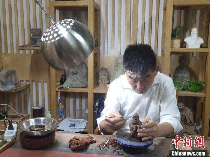 """济南厨师""""半路出家""""玩陶塑首创""""孔门七十二贤"""""""