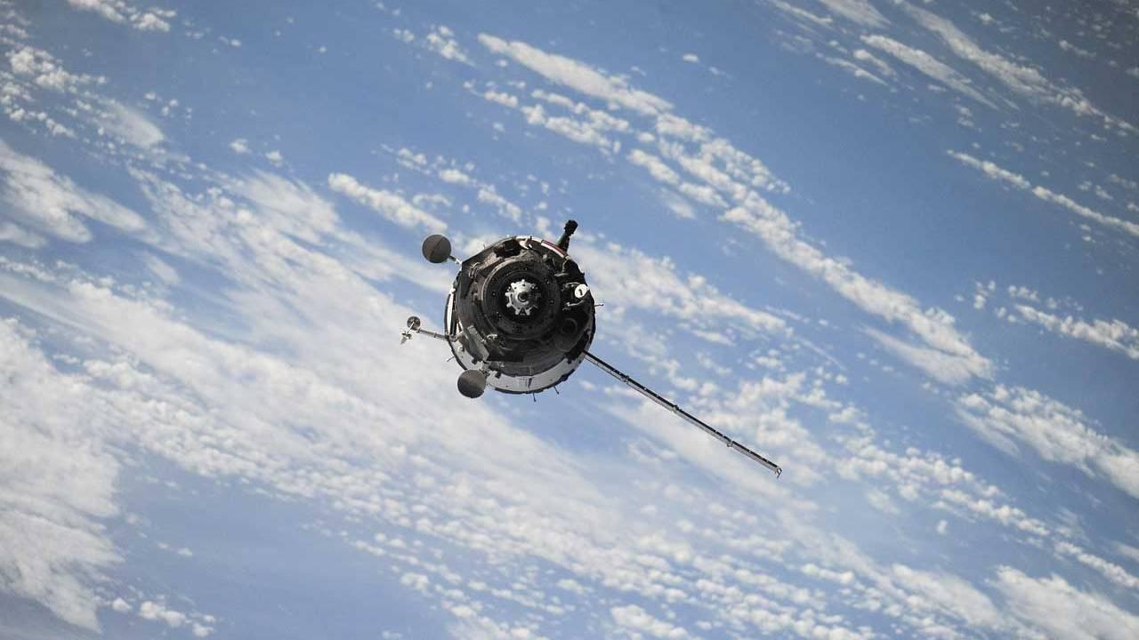 一颗已失效的苏联卫星和废弃的助推器差点在太空中相撞     第2张