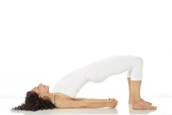8 个瑜伽体式,练出完美背部曲线!_双手