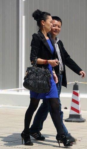 街拍:气质贵妇身材修长,黑色丝袜搭配高跟鞋,时髦又有气质