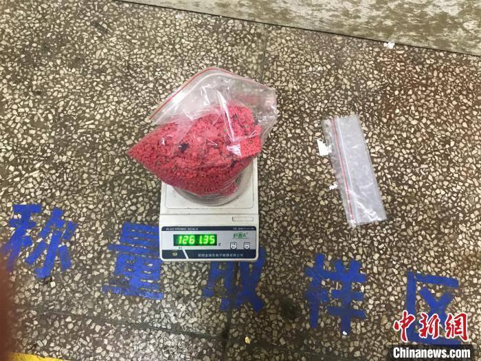 云南普洱破获一起利用冬虫夏草礼盒藏毒案 缴毒1.26公斤
