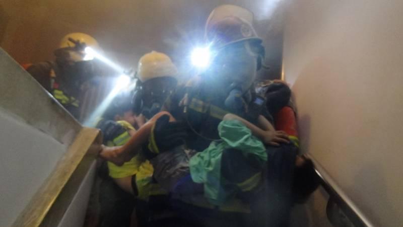 房间传出呼救声!广州一居民楼凌晨起火,3大人2小孩被救