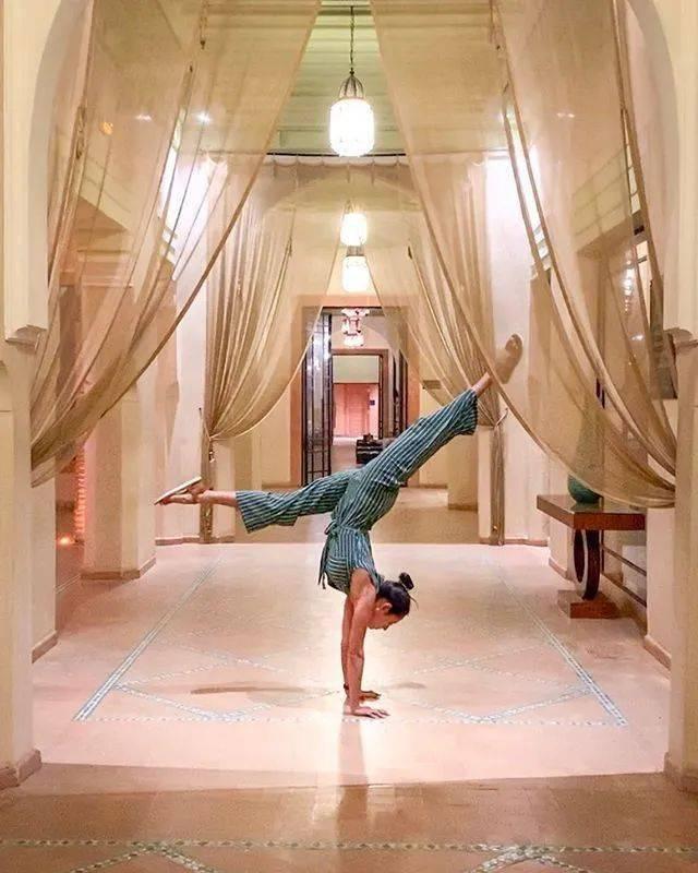 练好这13步,瑜伽手倒立再也不用靠墙啦!_双手