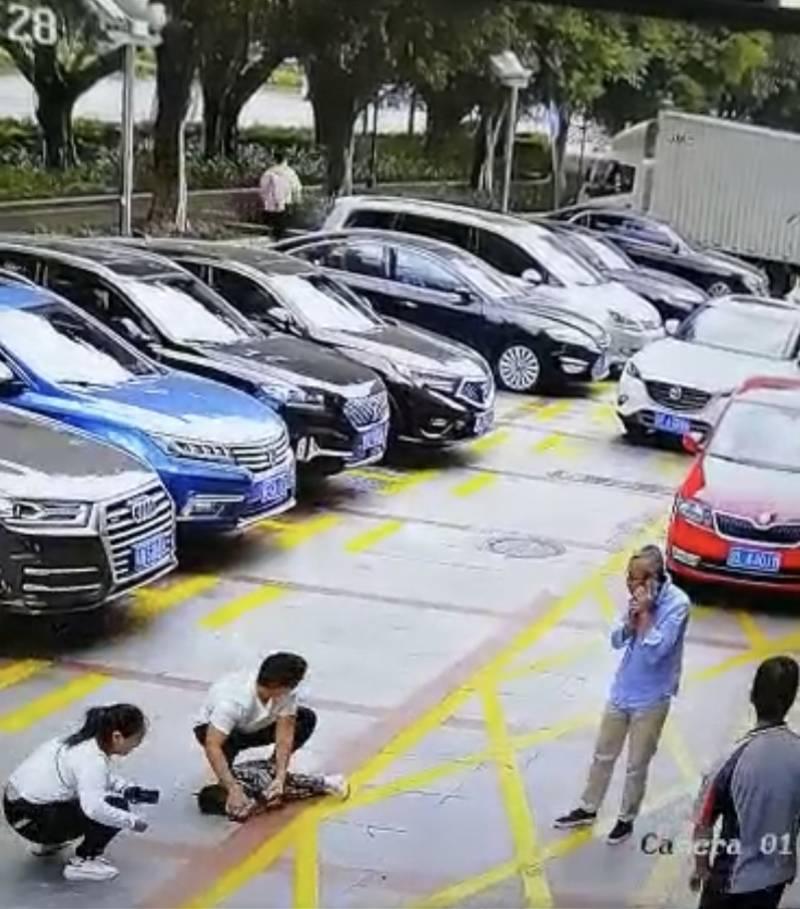 正好与摆正车身的轿车发生碰撞