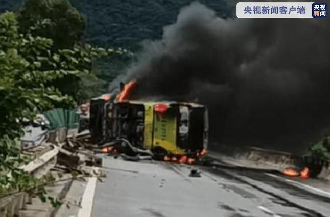 海南一大巴侧翻起火致6人受伤,事故路段已解除交通管制